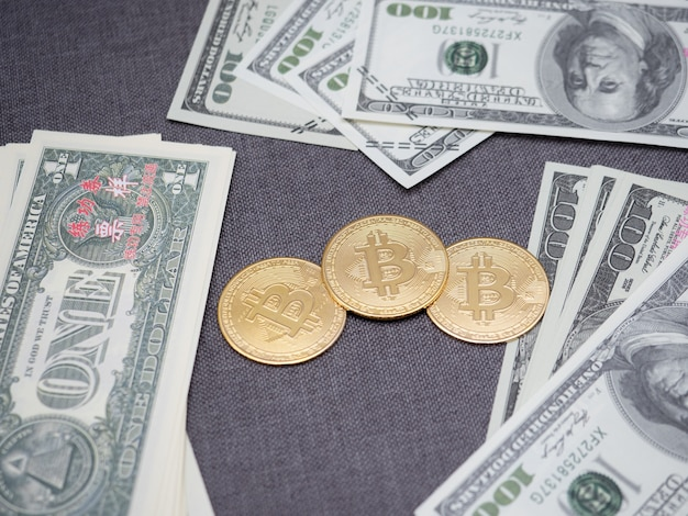Золотой биткойн с деньгами вокруг концепции цифровых денег, биткойн криптовалюты с большим количеством денег