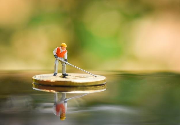 Фигурки работника майнинга golden bitcoin копают на виртуальной криптовалюте майнинг биткойнов