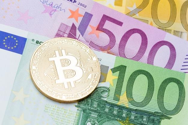 유로 통화 배경에 황금 bitcoins 클로즈업입니다. 고해상도 사진입니다.