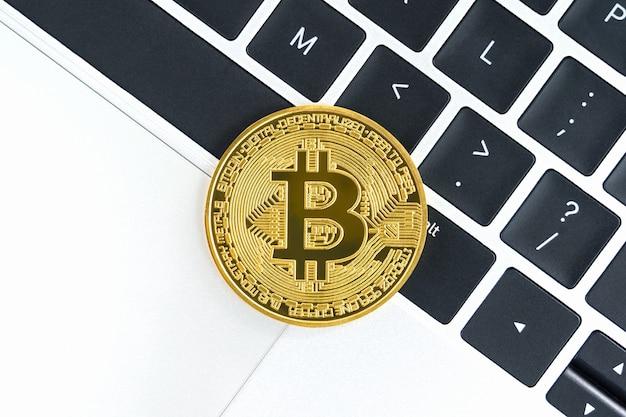 키보드 컴퓨터에 황금 bitcoins 동전입니다. 금속 빛나는 비트코인 암호화 통화 동전 클로즈업