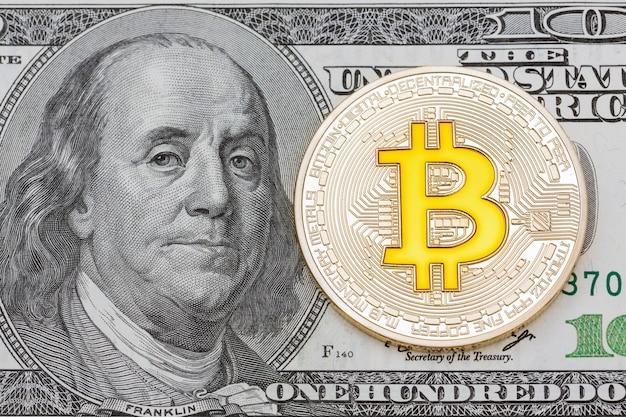 미국 달러에 황금 bitcoins입니다. 전자 화폐 교환 개념, 고해상도 사진.