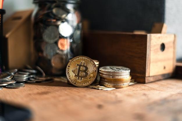 家の中の木製の机の上に置かれた黄金のビットコイン。