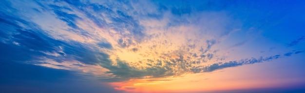 라일락블루 하늘에 황금빛 노을이 사진에서 하늘을 대신하는 하늘패턴 일몰...