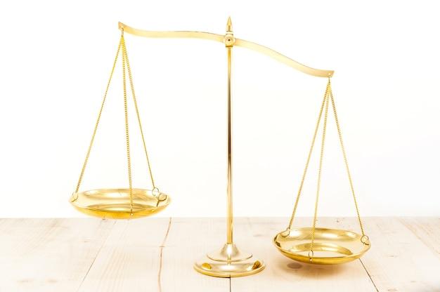 Золотой латунный баланс