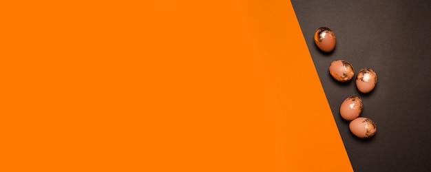 오렌지 어두운 배경에 황금 갈색 달걀
