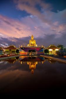 Золотой будда и красивое небо