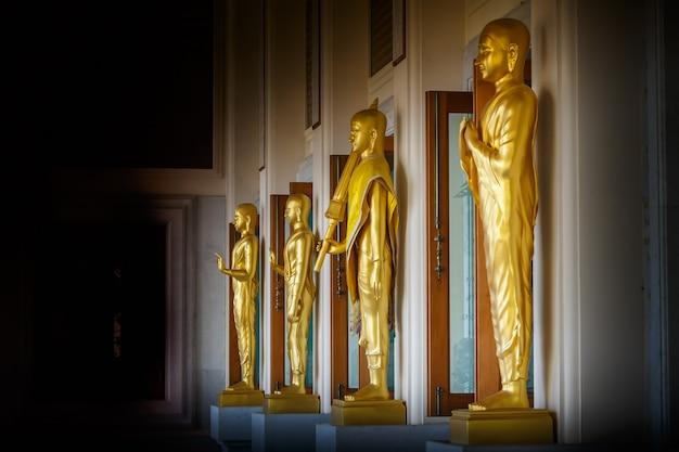 タイの寺院の黄金の仏像