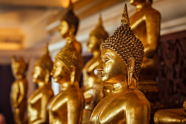 Золотые статуи будды в буддийском храме