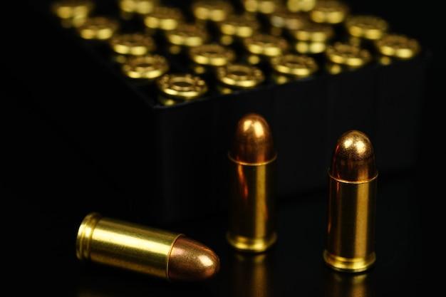 검은 배경에 황금 총알 프리미엄 사진