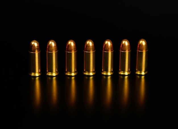 검은 배경에 황금 총알