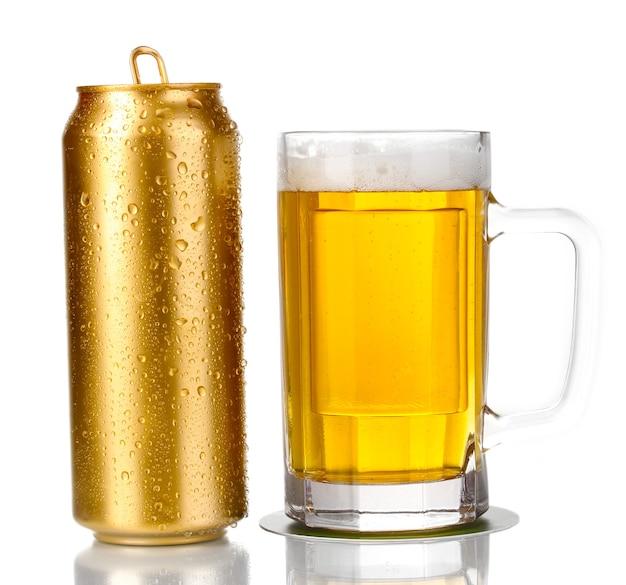 Золотая банка и пивной стакан, изолированные на белом фоне