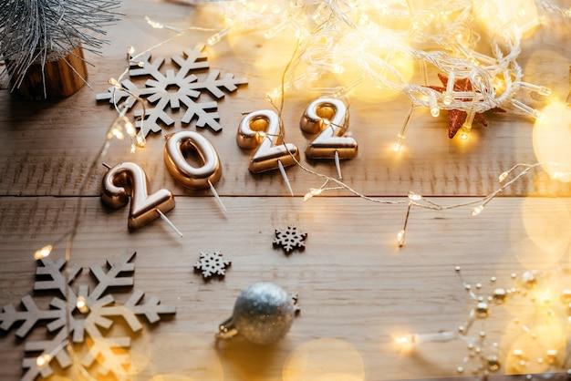 크리스마스 장식과 크리스마스 조명이 있는 황금 촛불 번호