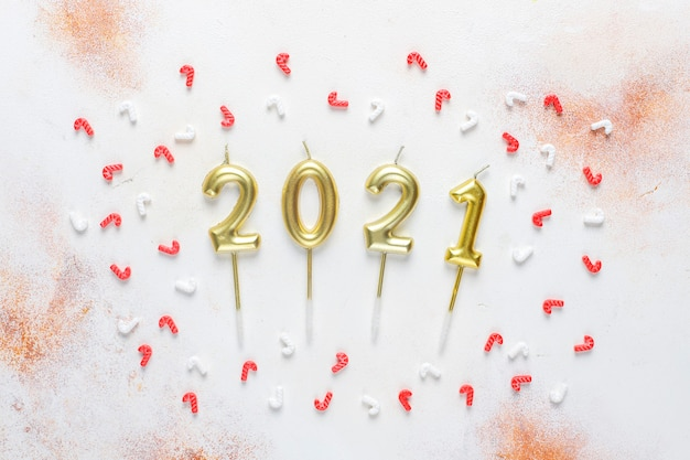 Candele d'oro sotto forma di numeri del nuovo anno 2021. Foto Gratuite