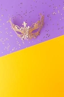 Золотая карнавальная маска с копией пространства