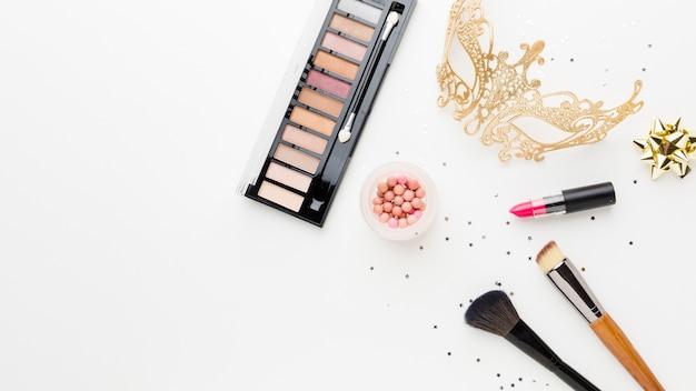 Golden carnival mask with make-up kit