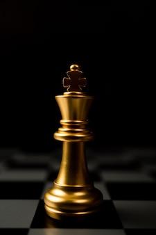 골든 체스 킹 체스 판에 혼자 서있는