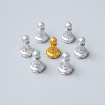 Золотые шахматные пешки или лидер лидер бизнесмен с кругом серебряных человечков. концепция лидерства, бизнеса, команды и совместной работы