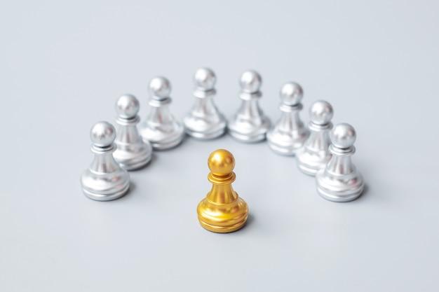 Золотые шахматные пешки
