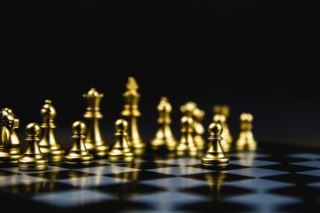 線から出てきた黄金のチェス、ビジネスのコンセプト戦略計画。