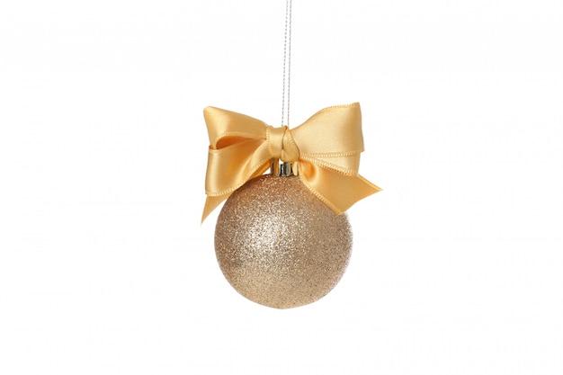Золотой елочный шар с бантом на белом фоне