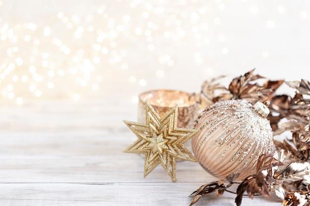 Золотые рождественские уютные шары с боке.