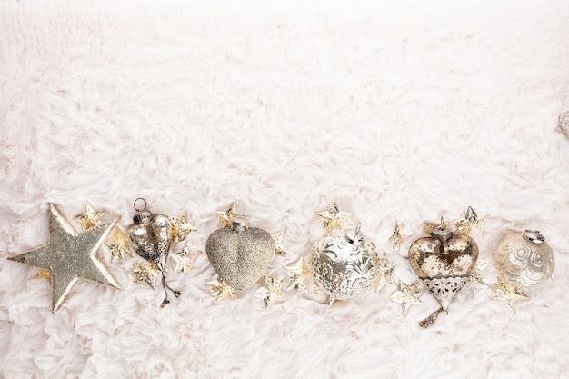 Золотые рождественские уютные шары с фоном шерсти.