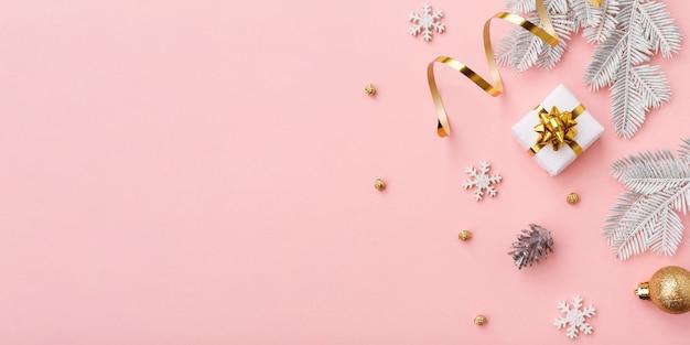 Золотое рождественское украшение на розовом фоне с копией пространства