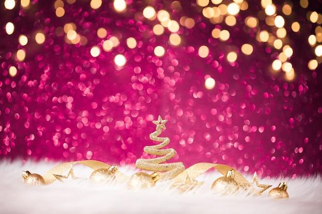 Золотое новогоднее украшение со сверкающей фиолетовой стеной