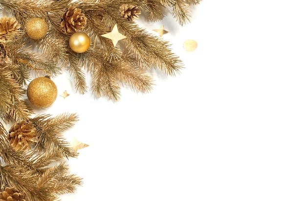 Золотые рождественские украшения, изолированные на белом фоне