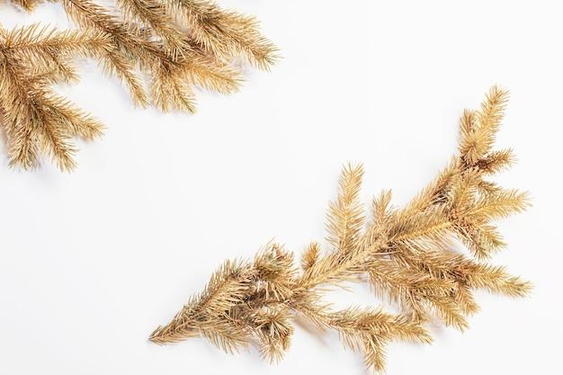 흰색 바탕에 황금 크리스마스 전나무 가지
