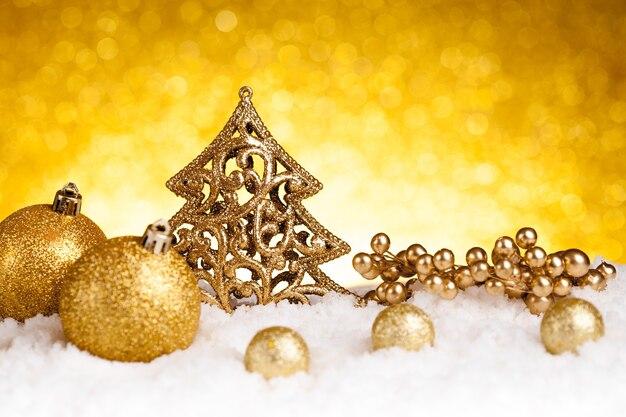 キラキラ背景にゴールデンクリスマスモミの木の装飾