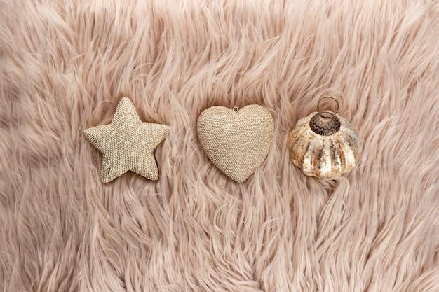 Золотые рождественские звезды с фоном шерсти.
