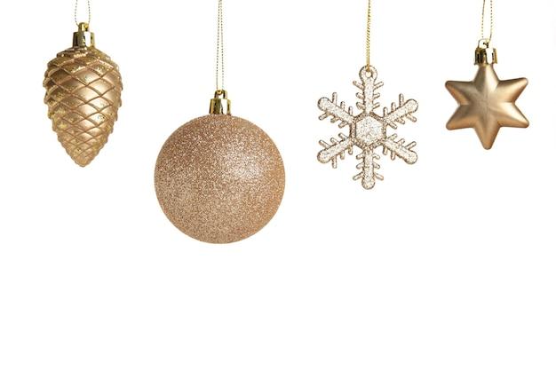 白い背景で隔離の黄金のクリスマスのおもちゃ。上面図