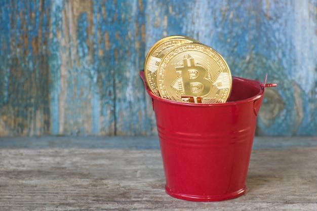 鍋に黄金のコインビットコイン。古い木製の背景。事業コンセプト