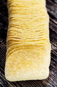 Золотые, хрустящие и вкусные картофельные чипсы, крупный план, чипсы из картофельного пюре