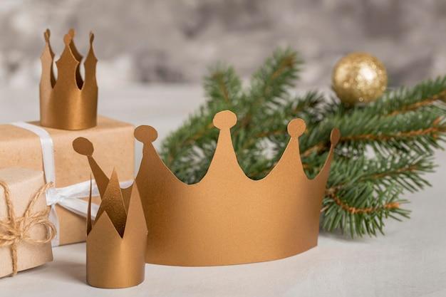 Corone d'oro e aghi di pino