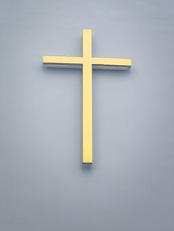 Золотое распятие на стене церкви верят библии католический католицизм христос христианин