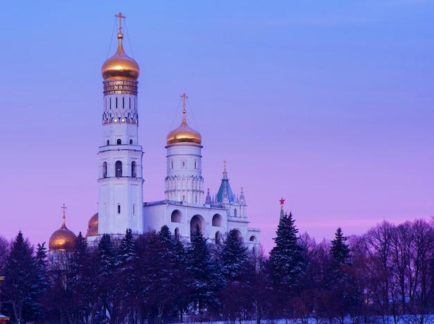 Золотые купола православного храма в москве, россия