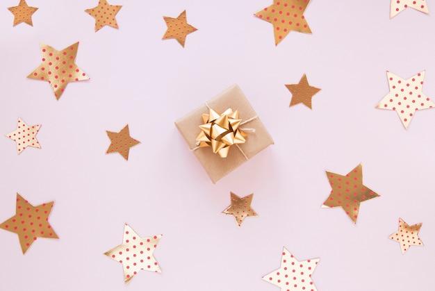 ピンクの背景の誕生日パーティーのための黄金の装飾