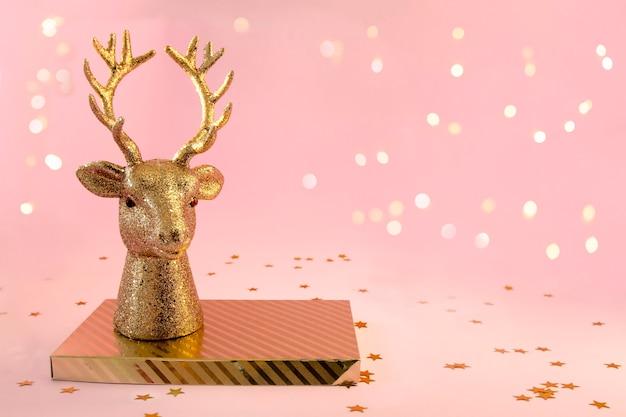 金色の鹿の頭、ピンクの背景に縞模様のボックススタンド
