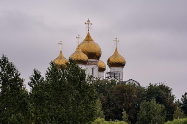 Золотые купола церковной религии и веры