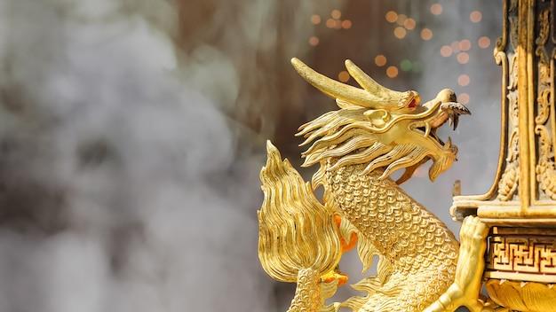 Скульптура золотого дракона в храме