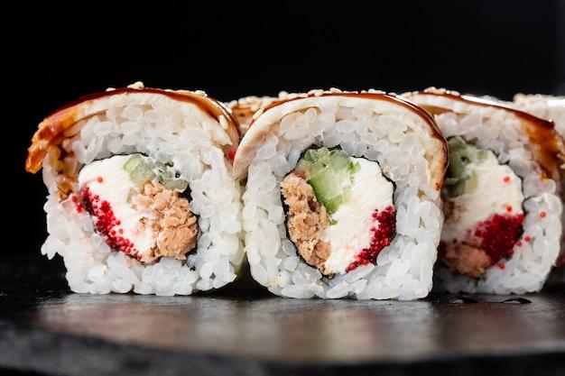 Золотой дракон суши ролл. суши роллы с икрой летучей рыбы