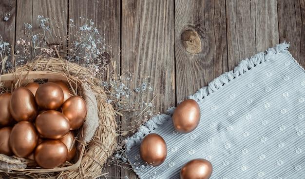 木製の表面に黄金のイースターの卵