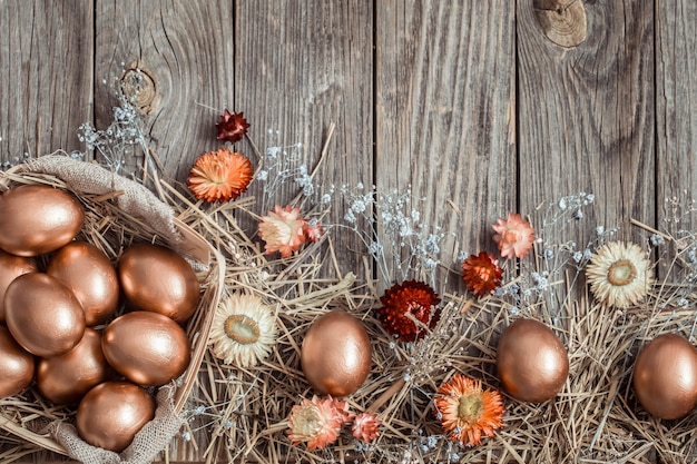 나무 표면에 황금 부활절 달걀