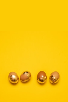 노란색 배경 복사 공간에 황금 부활절 달걀. 플랫 레이