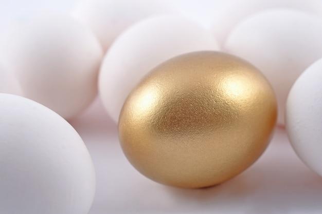 흰색 바탕에 황금 계란과 재스트 계란