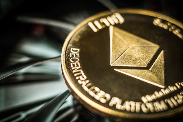 Золотая монета эфириум