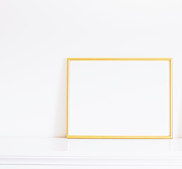 白い家具の金色のフレームの豪華な家の装飾とモックアップポスターの印刷と印刷可能なデザイン...