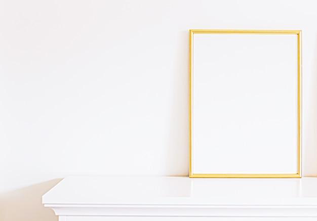 白い家具の金色のフレームモックアップポスタープリントと印刷可能なアートオンラインショップショーケースの豪華な家の装飾とデザイン